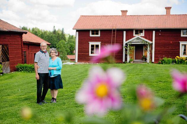 Kenneth och Astrid drömde länge om att köpa Sammilsgården och har nu varsamt renoverat den i tidstypisk stil.