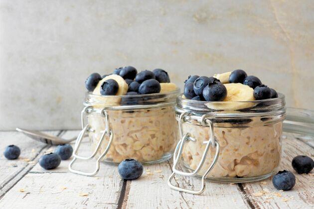 Overnight oats är ett lite roligare sätt att få i sig havregryn och andra nyttigheter på.