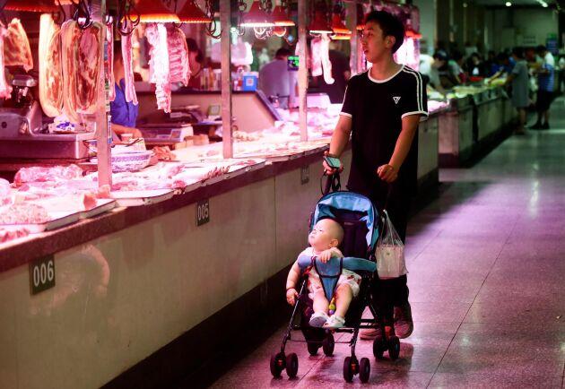 Köttutbudet vid en marknad i Hangzhou spanas in. Arkivbild.