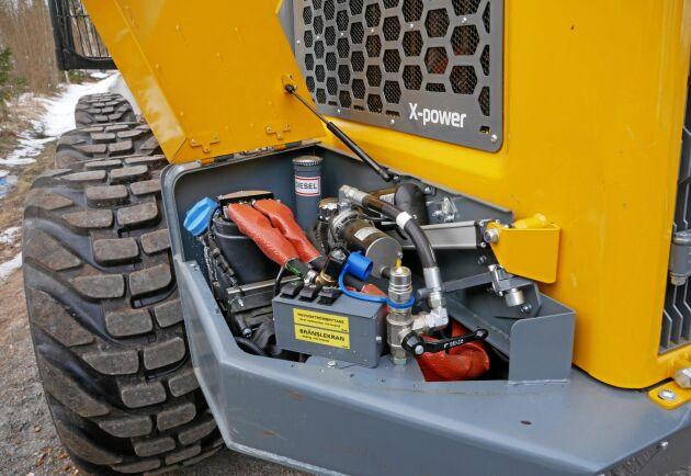 Sampo har placerat påfyllning av diesel och AdBlue bredvid motorhuven och på andra sidan sitter batterierna.