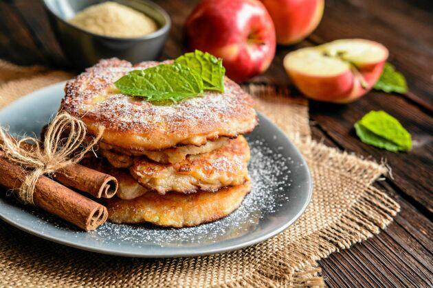 Oemotståndligt goda äppelplättar med kanel och socker.