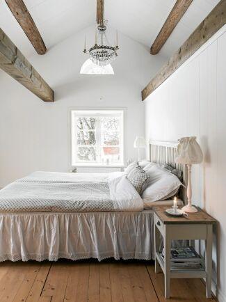 Luftigt och högt i tak i de nya sovrummen där de vackra timmerbjälkarna har frilagts.