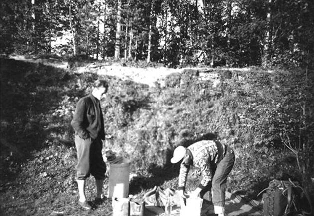 Behandling av plantor med DDT i Njutånger, troligen på 1950-talet.