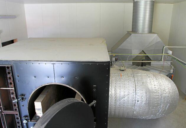 Luftfördelaren till höger bakom pannan reglerar luftflödena till den dubbla satstorken.