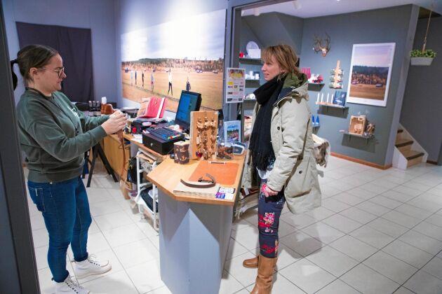 Johanna Funck, från byn Erkheikki, och Emma Kero vid kassan i farbriksbutiken.