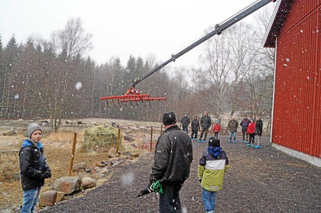 ... ut till foderhäcken på betesmarken. Fårstallet på Bromåla gård visades nyligen för andra lantbrukare i bygden.