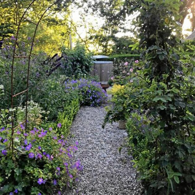 Ett av blomsterrummen i Magdalena Mononens trädgård.