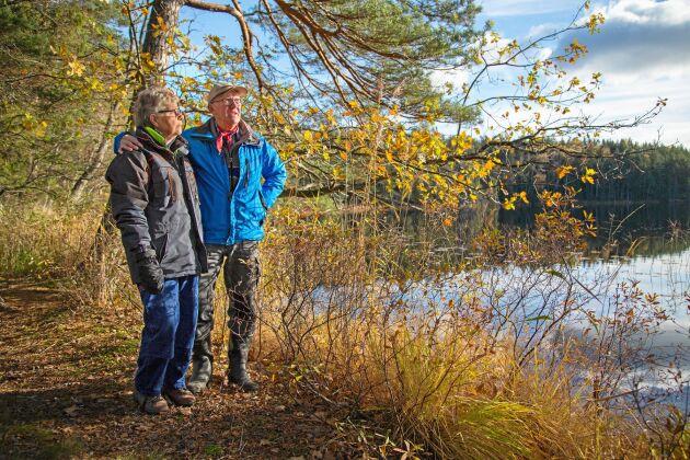 """Peter Swärd och Kerstin Sixhöj tittar ut över Djupsjön. """"Deras"""" del av Sörmlandsleden slingrar sig mellan mängder av småsjöar."""