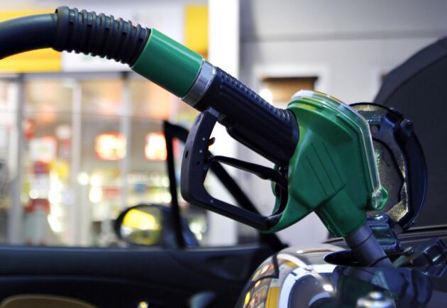 Riktpriset på bensin sänktes med 15 öre/liter under måndagen.