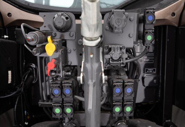 Det är generöst med hydrauluttag. Upp till sex uttag bak och ett mittmonterat ventilpaket med tre sektioner för manövrering av frontlyft och frontlastare.
