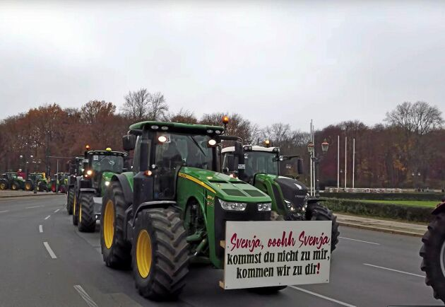 """Traktorerna som körde in i Berlin hade skyltar som denna, """"Svenja o Svenja, kommer inte du till oss så kommer vi till dig"""". Här filmade av tyska lantbrukssidan Moderner Lantwirt."""