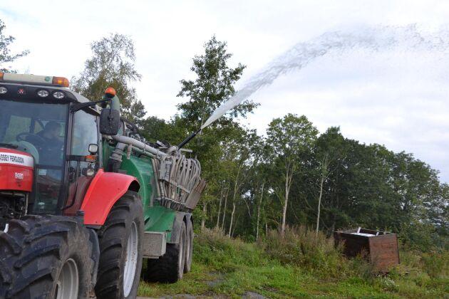En gödseltunna går att använda för att sprida brandskyddsmedlet.