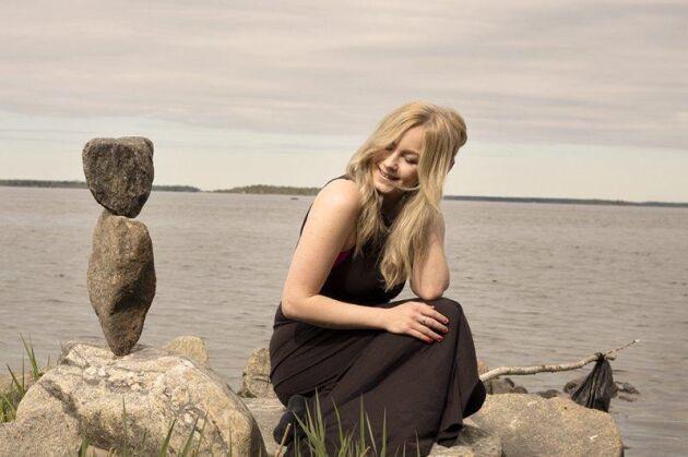 – Samtidigt som jag balanserar stenar fotograferar jag även mig själv med kamera och fjärrutlösare, och bilder publicerar jag sedan på min blogg, säger Caroline.