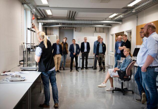 Labbchefen Pär Davidsson berättar om maskinparken och många spetsade öronen när Hushållningssällskapet västras nya laboratorium för jord- och spannmålsanalyser invigdes.