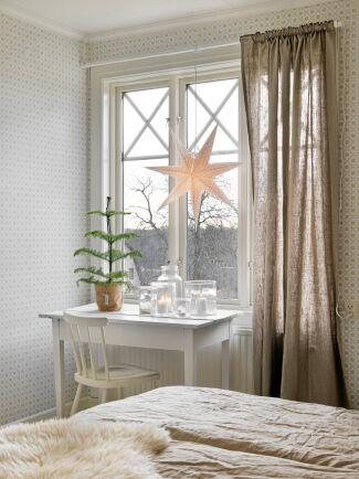 Pappersstjärnor som ger i från sig ett milt och stämningsfullt sken hänger i fönstren från slutet av november.