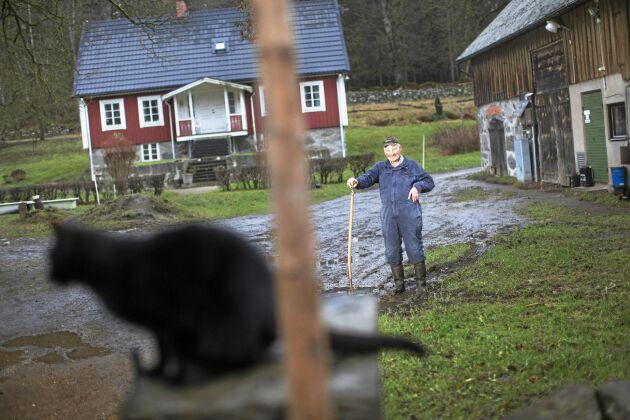 Roland sköter sin gård och sitt småbruk på nästan samma sätt som sin far och farfar.