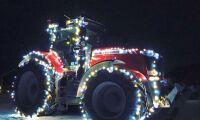 Julpyntad traktor väcker uppmärksamhet