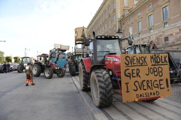 """""""Vi accepterar inte att år efter år se på när mjölkinvägning och köttproduktion minskar"""", skriver styrelsen för Sveriges mjölkbönder i ett debattinlägg. (Arkivbild)"""