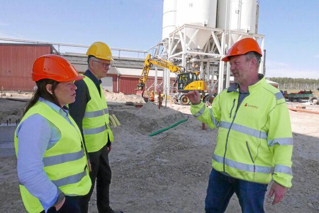 Här grävs 125 miljoner kronor ner i en ny förädlingsfabrik. Stina Nilsson och Hans Berggren visas runt av projektledaren Jonas Oskarsson.