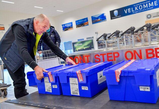 Åsmund Asdal är koordinator för det globala frövalvet på Svalbard. Här tar han emot lådor med fröer på flygplatsen i Longyearbyen, där de scannas i en röntgenmaskin inför lagringen i den arktiska permafrosten.