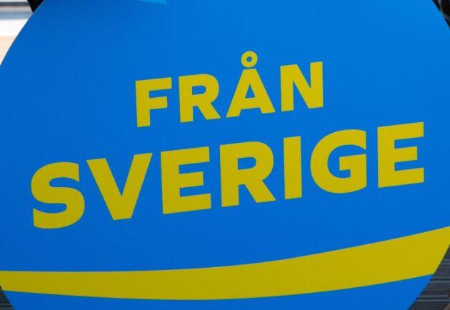 """En blågul, rund stämpel med orden """"Från Sverige"""" ska signalera svensk yoghurt och svenska ägg, ost, gurkor och tomater."""