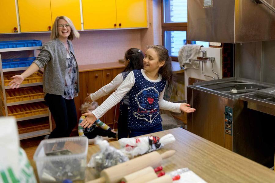 Hanna Mattebo showar med flickorna i kyrkans kök.