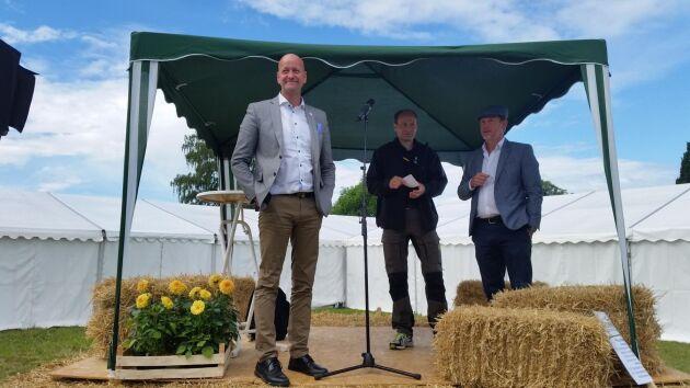 Magnus Oscarsson (till vänster) invigningstalade på Brunnby lantbrukardagar.