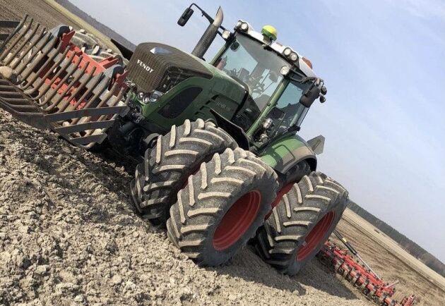 Liam Gullberg meddelar att Fendt 936 är hans favorit och bästa traktorn. Och visst kan man hålla med om att det ser underbart ut med vårbruk, högtryck, sol och dubbelmontage runt om.