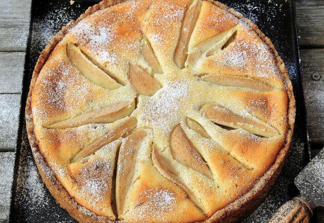 Päronpaj med valnötter och blåbärsgrädde kan vara höstens godaste efterrätt eller fikamums.