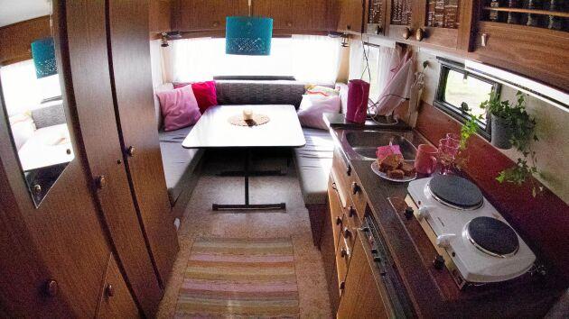 Många rosa toner i mattor, kuddöverdrag och temuggar, blev det när Elins döttrar fick vara med och inreda husvagnen från 1984.