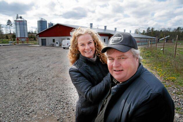 Helen och Jonas Eriksson träffades på en driftledarkurs 1988 och har lång erfarenhet av att driva lantbruksföretag, bland annat en mjölkgård i Sörmland. Grimstad säteri köpte de 2014.