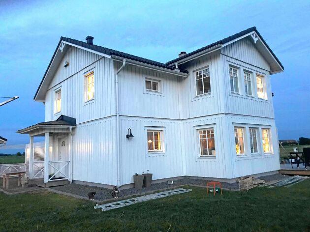 Nattetid ser den vita fasaden flammig ut av alla tvestjärtar som kryper fram ur håligheter i fasaden.