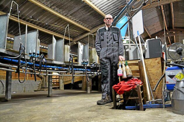 """Getbonden Gaetan Guerin står i mitten av mjölkningskarusellen på sin gård. """"Det tar mig ungefär två och en halv timme att mjölka alla getter"""", säger han."""