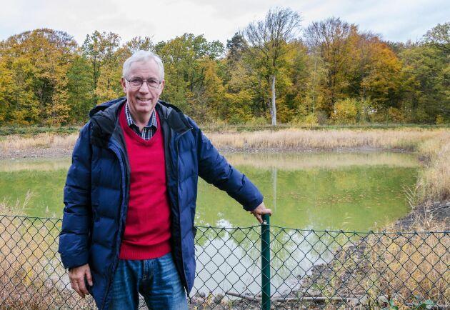 Bertil Aspernäs använder vinterhalvårets överskottsvatten till sommarens bevattning. Avrinningsvatten samlas under vintern i den fyra meter djupa konstgjorda dammen.