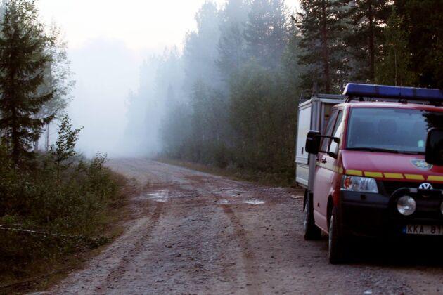 Brandkårsbekämpning nattetid vid skogsbrand i Sveg i Härjedalen. Räddningstjänsten bekämpade flera bränder, där en omfattade uppemot 1 600 hektar.