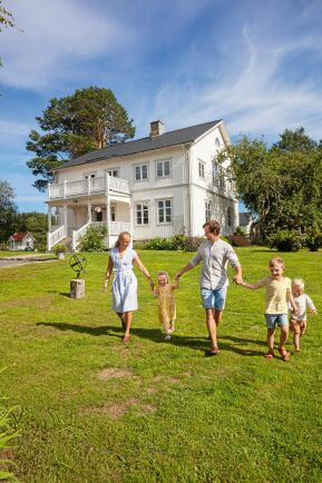 """Familjen Lindström döpt sin tillvaro i 1800-talshuset i Ullånger till """"Drömgårdsliv""""."""