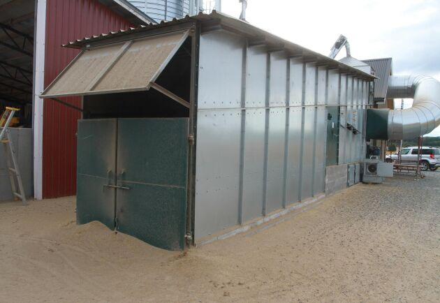 Spannmålen aspireras av luftflödet i torken. Hos Andreas Nilsson har torken förlängts med en dammkammare med nätöppning.