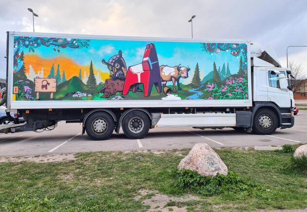 Joel Karismaa med sina medarbetare Andreas Persson och Filip Åberg står bakom konstverket på en av Grådö mejeris lastbilar.