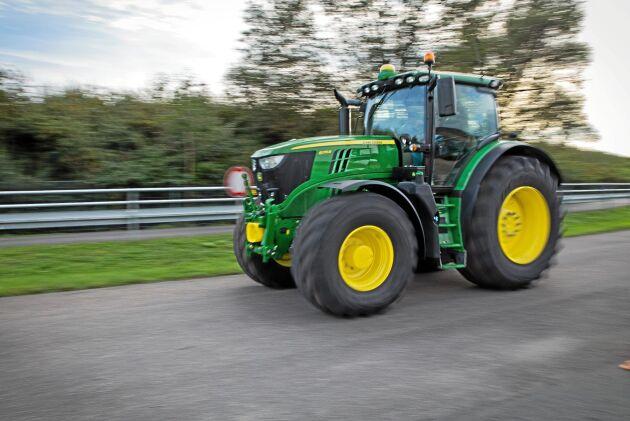 John Deere 6R-traktor. Kanske finns den med i kortegen.