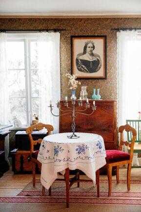 Mormors mors bröllopstapet från sent 1800-tal sitter kvar på väggen i salen, med porträttet av drottning Lovisa.