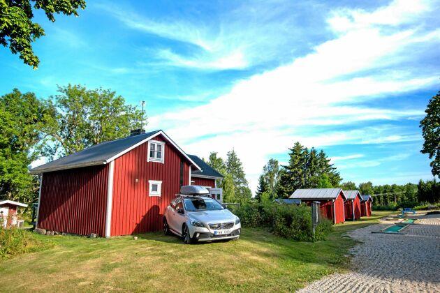 Några av de enkla, små uthyrningsstugor som Freddy och Anita byggt på gårdens mark.