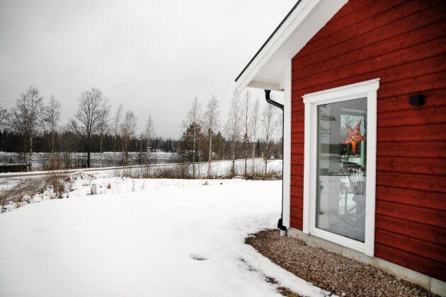 Bor nära sjön Spjuten, fast nu i sitt nybyggda hus, i stället för den gamla stugan där de boddde först.