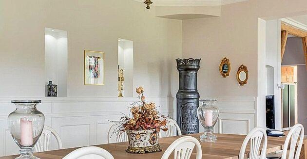 Kakelugnar och kaminer finns i flera av rummen.