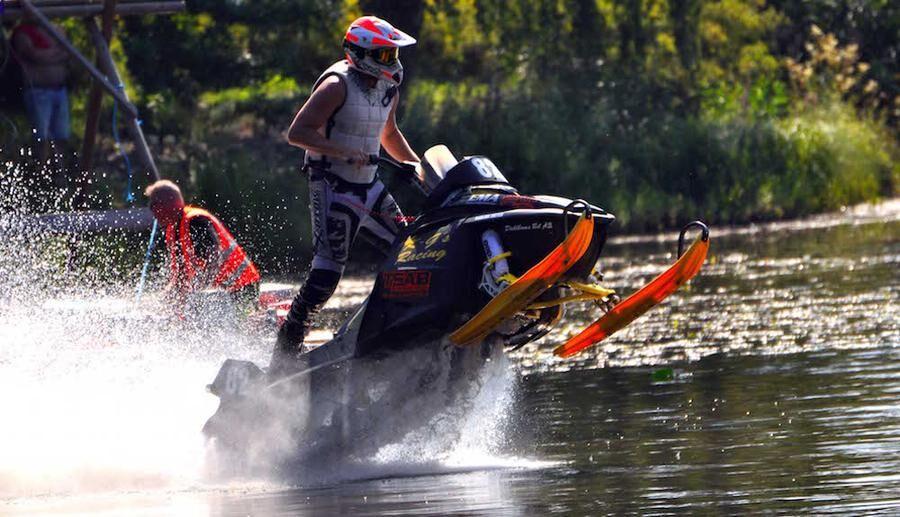 Snöskoterrace på sommaren - på vattnet. Förra årets tävling i Långnäsparken i Bollnäs.