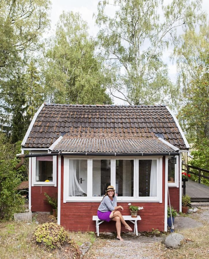KATARINA_WENNSTAM_glad_utanfor_hus