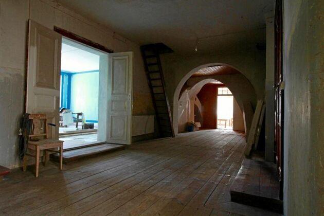 Det blå rummet var Kung Oscar II:s sovrum vid hans besök, och sovrummet mitt emot användes av drottning Sofia.
