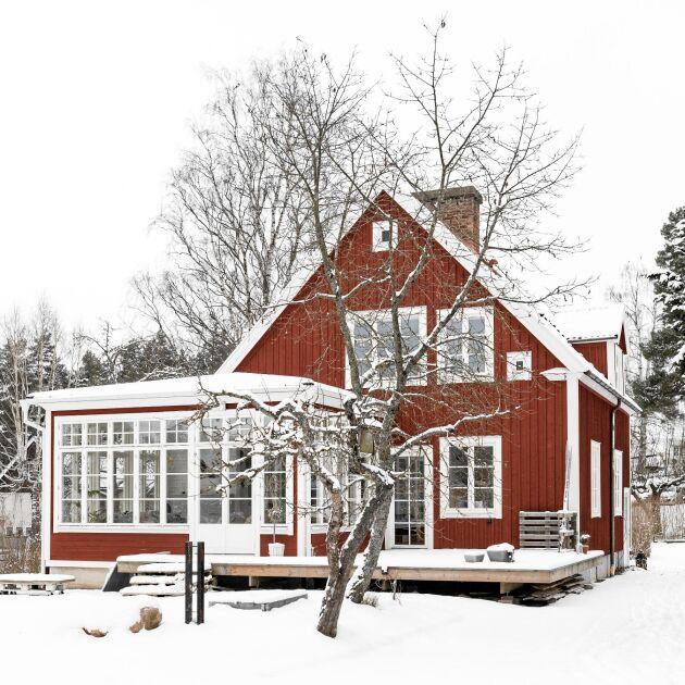 Familjens Unges vackra hus byggdes 1935, nu med ny glasveranda.