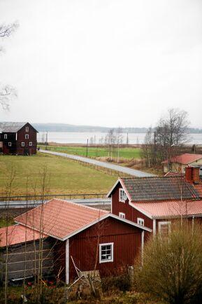 Från lärarbostaden en trappa upp är utsikten vilsam med sjön Grängen i fjärran.