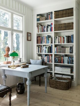 Innanför förmaket finns gårdens kontor där Cecilia brukar sitta och sköta gårdens räkenskaper.
