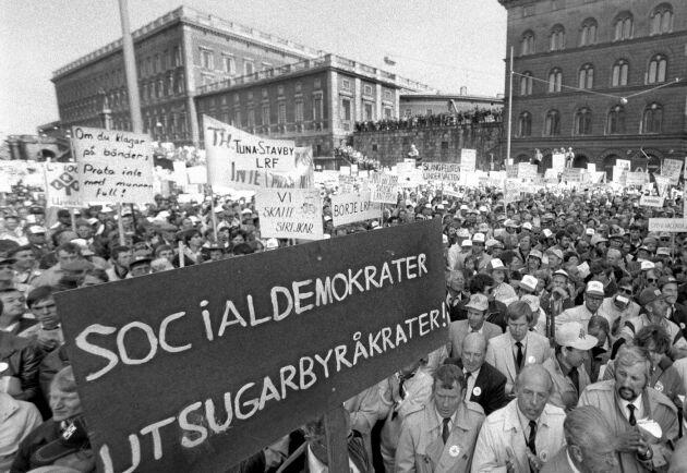 21000 bönder samlades på Mynttorget i Stockholm den 23 maj 1985. Med i demonstrationståget var LRF:s förbundsstyrelse med bland andra Bo Dockered (syns i bildens högra hörn).
